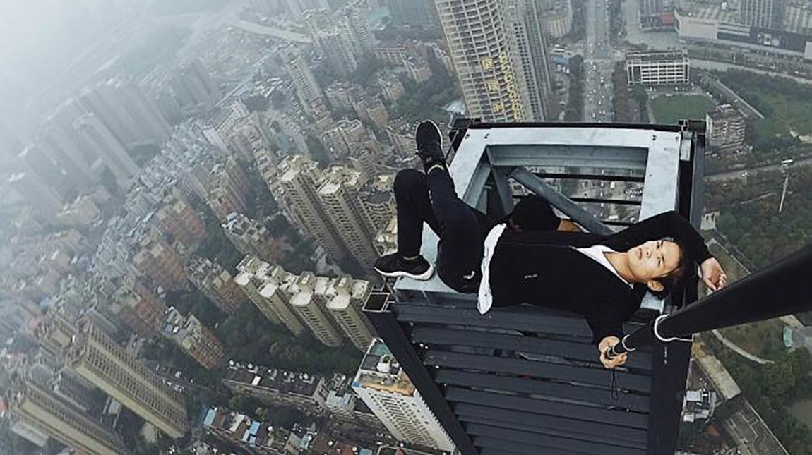 وفاة المصور Wu Yongning بعد سقوطه عن الطابق 62