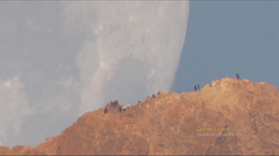 عدسة تلسكوبية تلتقط مشهد القمر العملاق غاية في الروعة