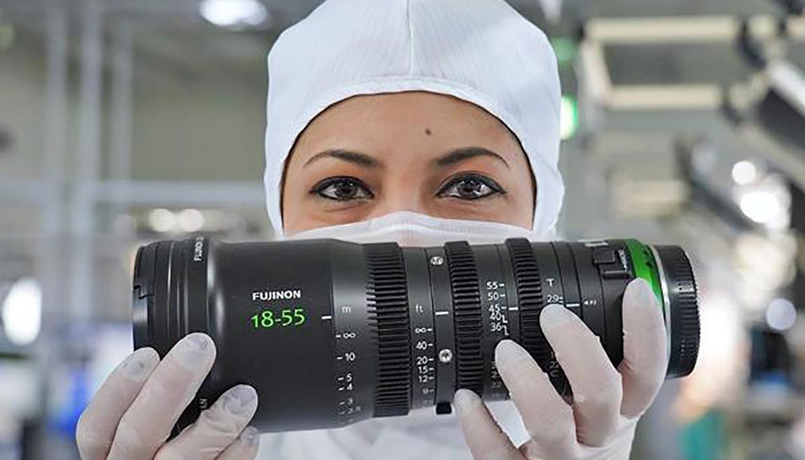 بالفيديو | شاهد كيف يتم صناعة كاميرات وعدسات فوجي فيلم في المصنع