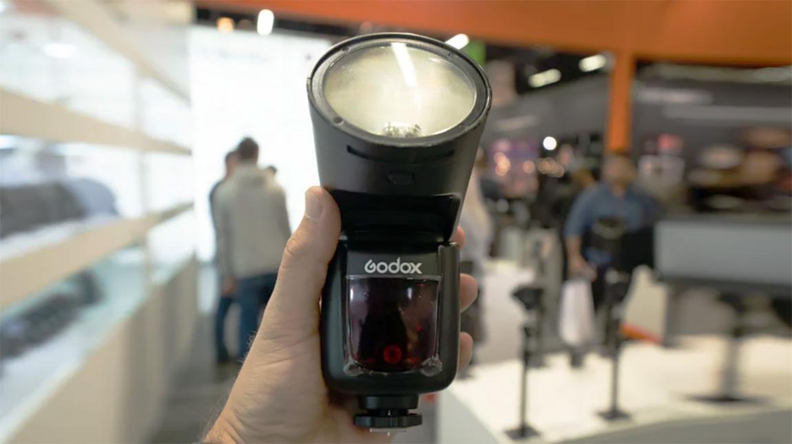 فلاش Godox بتصميم دائري الشكل لمنافسة Profoto A1