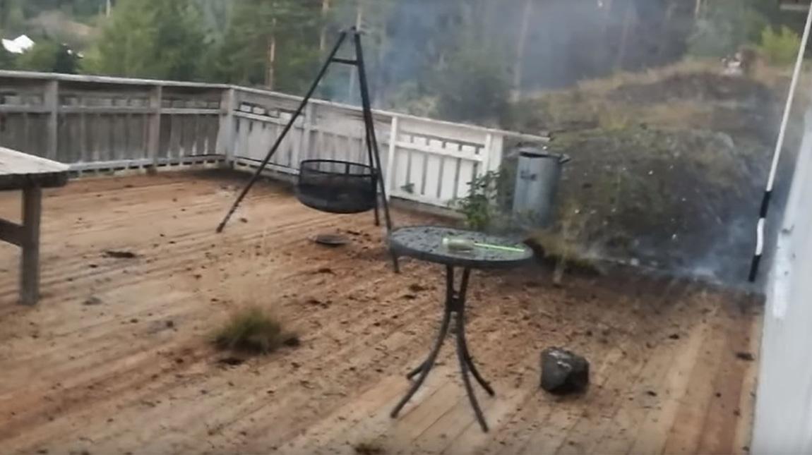 فيديو صاعقة رعدية تضرب مكان يبعد 3 امتار عن المصور