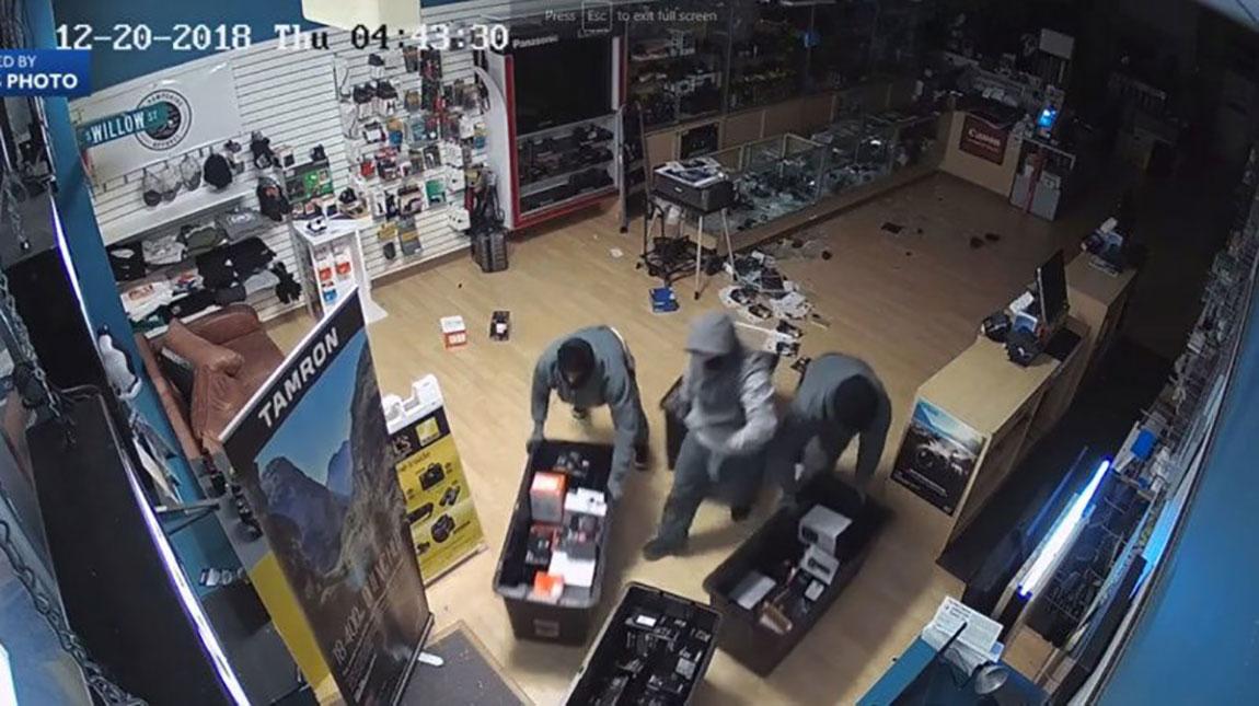 شاهد سرقة كاميرات وعدسات بقيمة 50 الف دولار في 53 ثانية