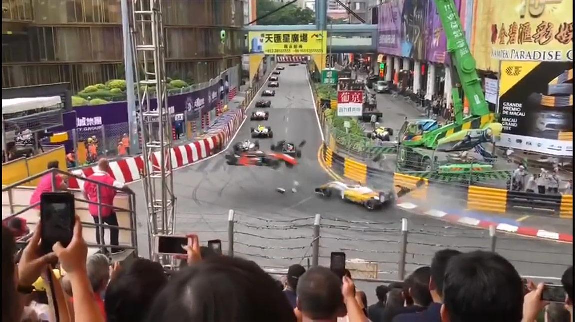 سباق formula 3 ينتهي بحادث كاد ان يودي بحياة المصورين